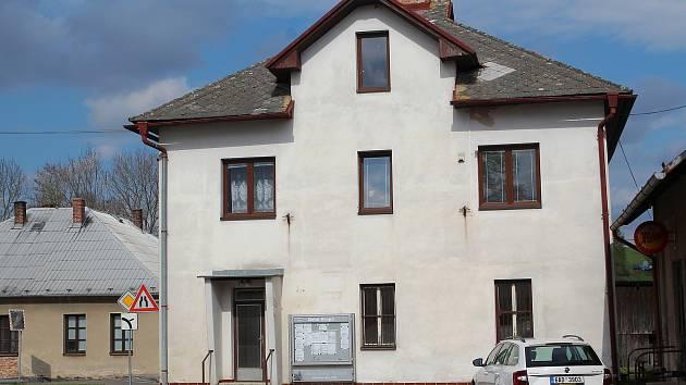 Dům v Dolní části návsi v Dolní Krupé kde měla Česká pošta rizikovou pobočku.