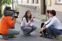 Frekventanti televizní skupiny natáčejí přímo v terénu.