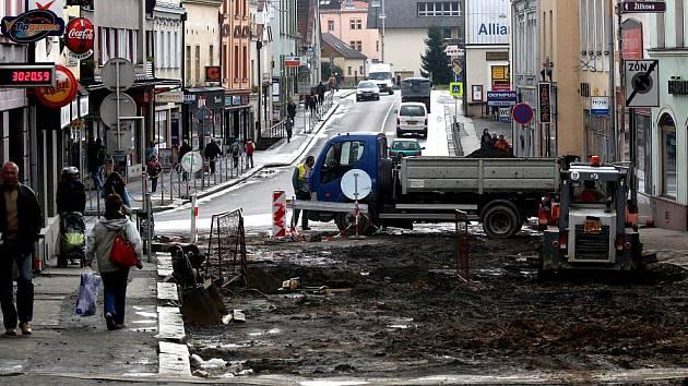 Havlíčkobrodská Dolní ulice je sice stále rozkopaná a chodci využívají provizorní lávky, práce však už nebudou trvat dlouho. Veškeré úpravy by měly skončit v listopadu.