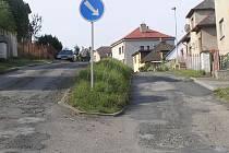 Silnice na okraji Brodu je ve špatném stavu a vypadá jinak, než na mapě katastru.