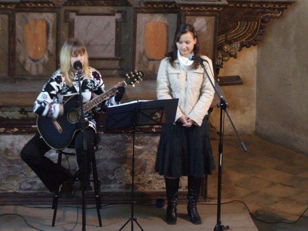 Sestry v akci. Dalším umělcem, který svým vystoupením podpořil kostel svaté Kateřiny, byla Zuzana Dubnová. Hlasově ji doplňovala její sestra Martina.