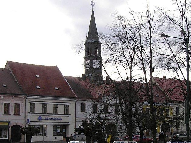 V přízemí budovy bývalé radnice na náměstí T. G. Masaryka bude připravena výstava fotografií pa-mátek nacházejících se na území města.