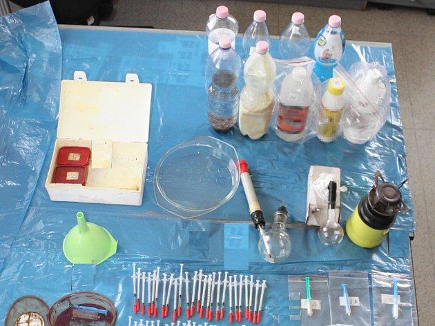 U výrobce našli kriminalisté kompletní varnu včetně laboratorního skla a chemikálií.