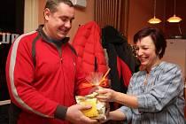Foukači skla z Valnerovy umělecké sklárny v Přibyslavi pozvali na společný truňk nejvěrnější zákazníky vinotéky. Soutěž vyhrál Radek Kolbábek. Odměnu dostal od someliérky Olgy Sabanové.