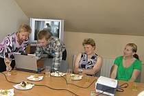 To, co se s počítačem naučili, mohli účastníci motivačního kurzu předvést všem při závěrečném slavnostním hodnocení a předávání odborných osvědčení.