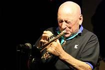 Hudebník se slovenskými kořeny Laco Deczi, který zhruba třicet let žije ve Spojených státech amerických, se se svou kapelou představí i chotěbořskému publiku. Ilustrační foto.