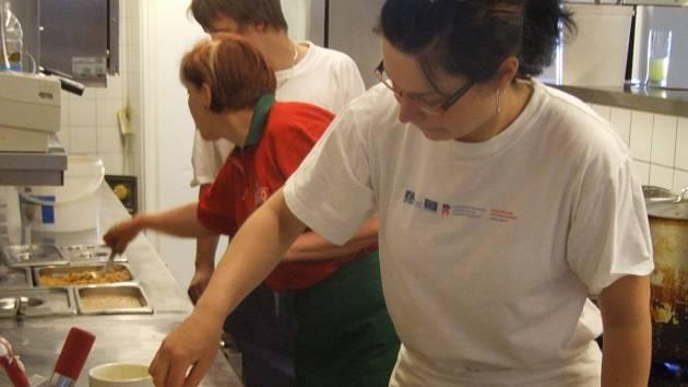 Dagmar Vařejčková ze Svatého Kříže (v popředí) má dvojnásobný důvod k radosti. Úspěšně absolvovala závěrečné zkoušky Gastronomické akademie Vílanec, které proběhly v  havlíčkobrodském hostinci U Kroupů.