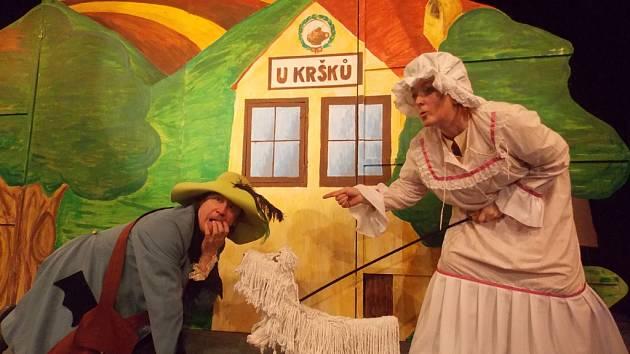Radost dětem budou herci Kršková a Melena rozdávat v neděli při premiéře nové hry. Poté si od Palečka dají pauzu a pro veřejnost jej znovu budou hrát až na podzim.