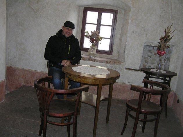 Návštěvníci hradu si mohou podle kastelána Šímy (na snímku) oddechnout v historické kavárničce a pokochat se krásou starobylých fresek.