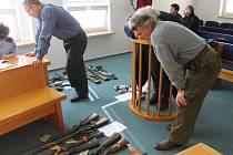 Soudní síň. Obžalovaný sběratel Leo Jan Lossman na snímku vpravo v zelených kalhotách.