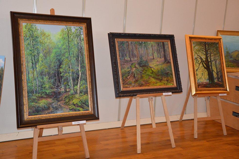 To jsou velkoformátové obrazy lesních zákoutí neprofesionálního malíře Milana Lepešky.