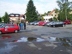 Soutěžní posádky se opětovně sejdou na parkovišti v Chotěbořské ulici.