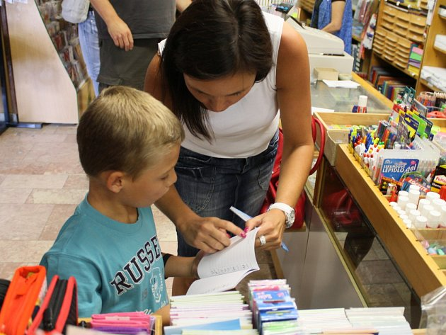 Pro budoucí školáky představuje nákup školních pomůcek většinou příjemný zážitek a dobrodružství, pro rodiče ale znamená fůru starostí a hlavně výdajů.