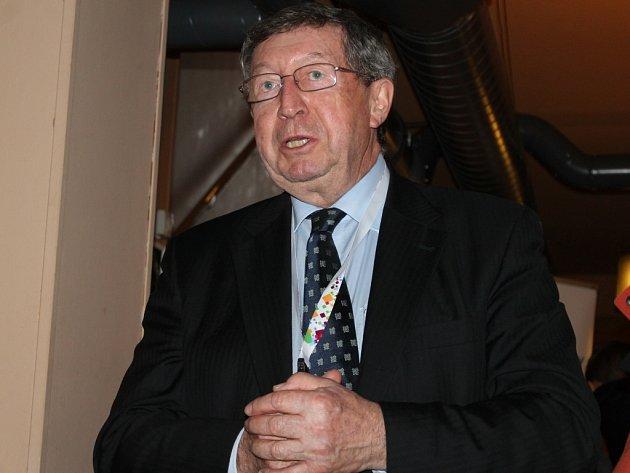Legenda. Komentátor Štěpán Škorpil provede olympiádou, a to svým typickým hlasem,  sportovce i diváky.