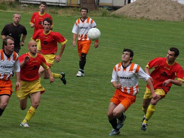 O postup se dnes v okresním přeboru budou na dálku rvát fotbalisté Ždírce B (v červeném) a Havlíčkovy Borové (v pruhovaném).