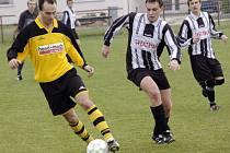 Ledečští fotbalisté (v pruhovaném) prohráli vÚstrašíně 1:0. Výkon hráčů Kovofiniše trenéra Miloslava Kafku hodně zklamal.