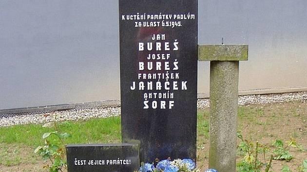 Před  školou stojí pomník padlým za 2. sv. války, ale již delší čas na tomto pomníku něco chybí – ze sloupku ční pouze šroub.