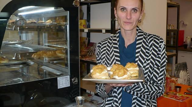 V Havlíčkově Brodě se nedávno otevřel obchod a kavárna pro celiaky s názvem Ráj bez lepku. Stojí za ním Petra Moldavčuková ze Sobíňova.