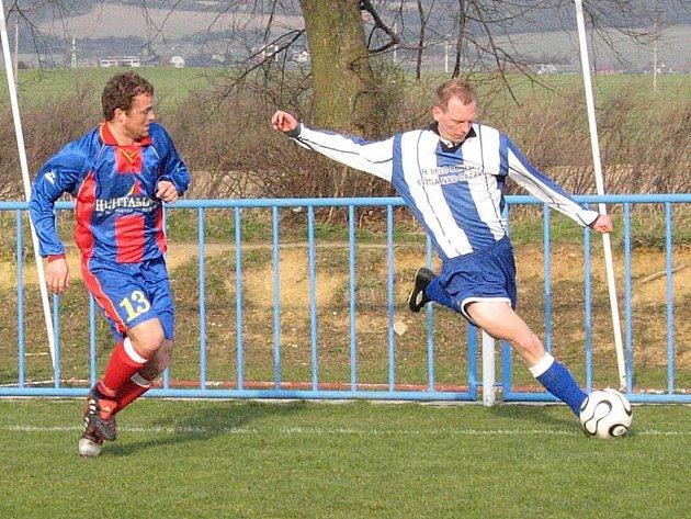 Fotbalisté Světlé (vpravo Petr Čapek) si budou chtít po prohře v Okříškách spravit chuť v zápase s Moravskými Budějovicemi.