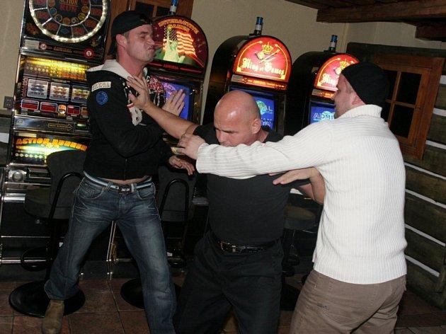 Skryté nebezpečí. Rvačky pod vlivem alkoholu v sobě skrývají nebezpečí. Po posilnění alkoholem ztrácí aktéři potyčky kontrolu tvrdosti útoku.