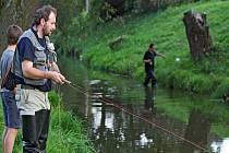 Má povolení? Jít na lov bez průkazu není žádný problém. Narozdíl od těchto rybářů bez něj čtyřiadvacetiletý mladík chodí na ryby k Velkému Dářku na Žďársku už deset let.