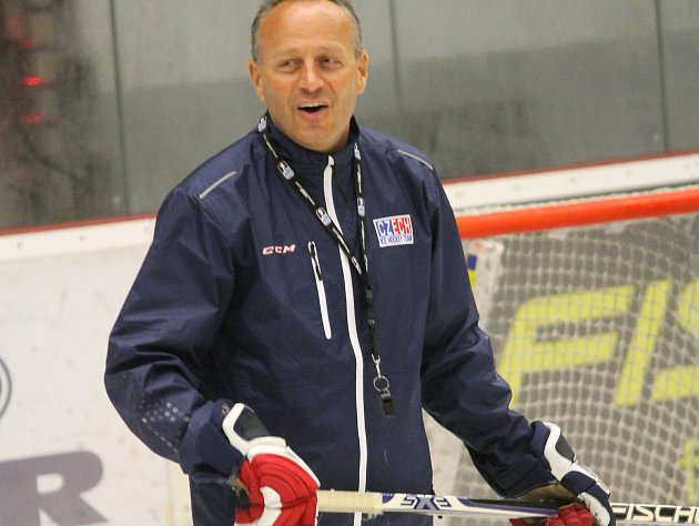Tu od nového cyklu převzal trenér Petr Novák (na snímku), který trénoval v Havlíčkově Brodě, Berouně, extraligové zkušenosti sbíral v Mladé Boleslavi a naposledy trénoval juniory Slávie Praha.
