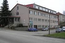 Na budově obecního úřadu v Brzkově ampliony nejsou, starosta posílá lidem SMS.