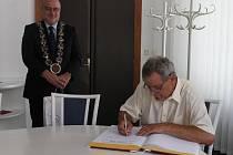 Josef Saska se ve čtvrtek na havlíčkobrodské radnici setkal mimo jiné se starostou města Janem Teclem. Svou návštěvu zakončil poděkováním za přijetí, které vepsal do pamětní knihy.