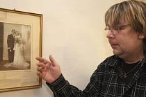 Vedoucí Městského muzea v Chotěboři Milan Čumpl u svatební fotografie svých prarodičů, která visí na stěně jeho pracovny. K fotografii se váže vskutku nevšední  příběh.