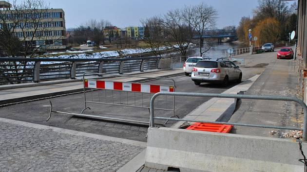 Zbývá dodělat. Ve výčtu prací, které zbývá dodělat, je i položení asfaltového koberce  v ulicích Na Ostrově a Kalinovo nábřeží  a také instalace Hnátova kamene.