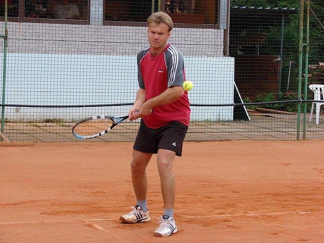 Chotěbořský Miroslav Málek (na snímku) byl ve finále dvouhry i čtyřhry. Zatímco ve dvouhře svému parťákovi podlehl, ve čtyřhře už si dvojice Málek – Kubát vítězství nenechala vzít.