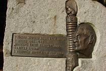 Legendární jestřáb. Osobnost Jaroslava Foglara připomíná ve Sluneční zátoce žulový památník s bronzovou pamětní deskou.