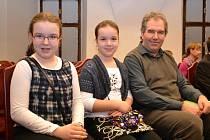 Čtenář roku Kraje Vysočina Josef Charamza z Havlíčkova Brodu společně se svými dcerami, Lenkou a Eliškou.