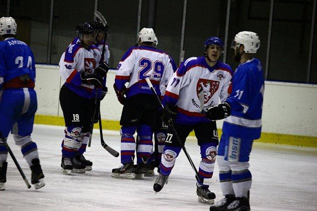 Vypjaté derby se odehrálo na ledě Chotěboře ve druhém zápase play-off, kde se radovala Světlá (v tmavém) po výhře 6:5 a v sérii vede 2:0. O postupu může rozhodnout v neděli od 17 hodin v Pěšinkách.