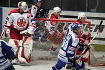 První branka v sezoně. Havlíčkobrodský obránce Aleš Jelínek (za brankou v bílém) otevřel skóre sobotního zápasu s brněnskou Kometou.