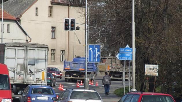 Trpělivostí se museli obrnit řidiči při průjezdu Havlíčkovým Brodem ve středu dopoledne. Na frekventované ulici se obnovovalo značení.