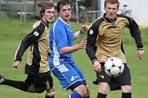 Třetí gól. Ten vsítil do herálecké branky pohledský David Klement (uprostřed). Pohled vyhrál v Herálci jasně 3:0.