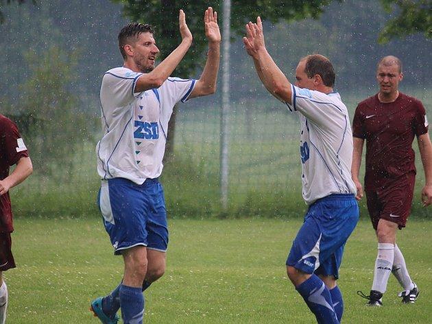 Fotbalisté Pohledu (na snímku zleva Michal Sobotka a Josef Eis) si v předposledním kole sezony zařídili záchranu. V derby totiž porazili Havlíčkovu Borovou.