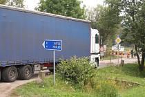 Řidiči kamionů často slepě věří navigaci, aniž by sledovali dopravní značení.