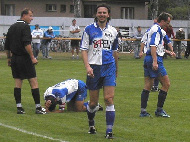 Trenér Havlíčkova Brodu Josef Soural (v popředí) si o víkendu zahrál dva zápasy ve dvou různých týmech. Navíc odkoučoval zápas svých divizních svěřenců.