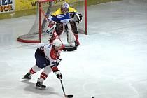 Havlíčkobrodští hokejoví junioři (v bílém) podlehli na domácím kluzišti Přerovu o dvě branky.