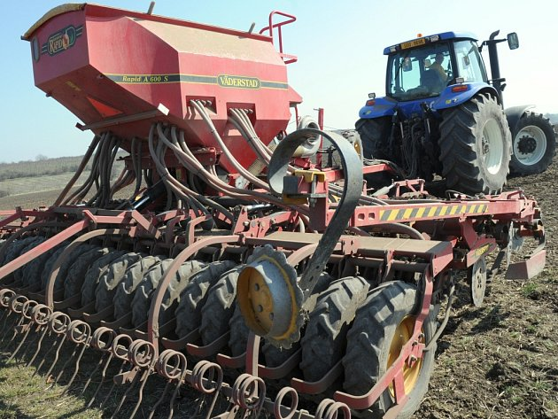 Zemědělské stroje vyjely na Brodsku do polí se zhruba čtrnáctidenním zpožděním.