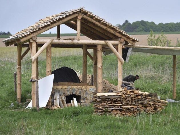 Jak se tavilo sklo. Středověká sklářská dílna vzniká v lokalitě Vlkovsko, před deštěm ji chrání šindelový přístřešek. Nyní pracovníci muzea vytvářejí z jílu vrchní klenutou část. První tavba by se mohla uskutečnit za necelý měsíc.