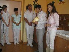 Odsávačka bude sloužit na stanici kojenců maminkám, které mají problém s kojením a budou hospitalizovány na novém pokoji. Jak prozradila populární herečka, ona sama kojila svou dcerku svědomitě do dvou let.