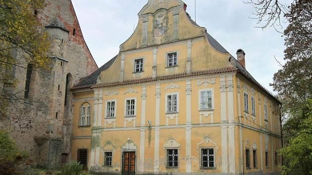 Zámek a jeho rozlehlý areál i rozstavěná budova školy už obci patřit nebude.