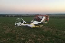 Nad Dlouhou Loučkou na Olomoucku se srazila v sobotu večer dvě ultralehká letadla. Při nehodě zemřel pětašedesátiletý pilot. Dvoučlenná posádka druhého letounu, muži ve věku šedesát a osmašedesát let, byli se zraněními transportováni do FN v Olomouci.