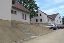 Nové domy. Šest bytů ve dvou domcích, tak vypadá nové obecní bydlení v Daňkovicích. Zájem o ně je obrovský, zastupitelé se proto rozhodli formou půdní vestavby vytvořit další malometrážní byty v budově obecního úřadu.