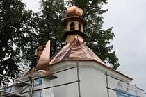 Kaple v Perknově dostává novou střešní krytinu.