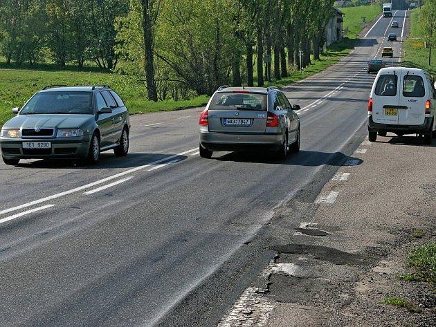 Takový je úsek mezi Květinovem a Štokami. Ředitelství silnic a dálnic začalo rekonstrukci vozovky o pár metrů dál. Obyvatelé blízké osady Skřivánek to nechápou.