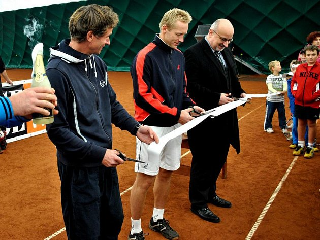 Přestřižením pásky byl zahájen provoz nové tenisové haly, kterou můžou příznivci bílého sportu využít v zimních měsících. Pásku přestřihl Filip Brükner, wimbledonský vítěz Leoš Friedl a starosta města Havlíčkův Brod Jan Tecl.
